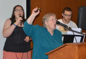 Kathy_Simpson_leads_worship_GlobalGathering_Bulgaria_FORWEB