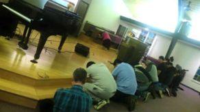 Aurora_IL_prayermeeting_FORWEB