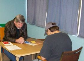 Forest_Cornwell_prays_at_foodpantry_FORWEB